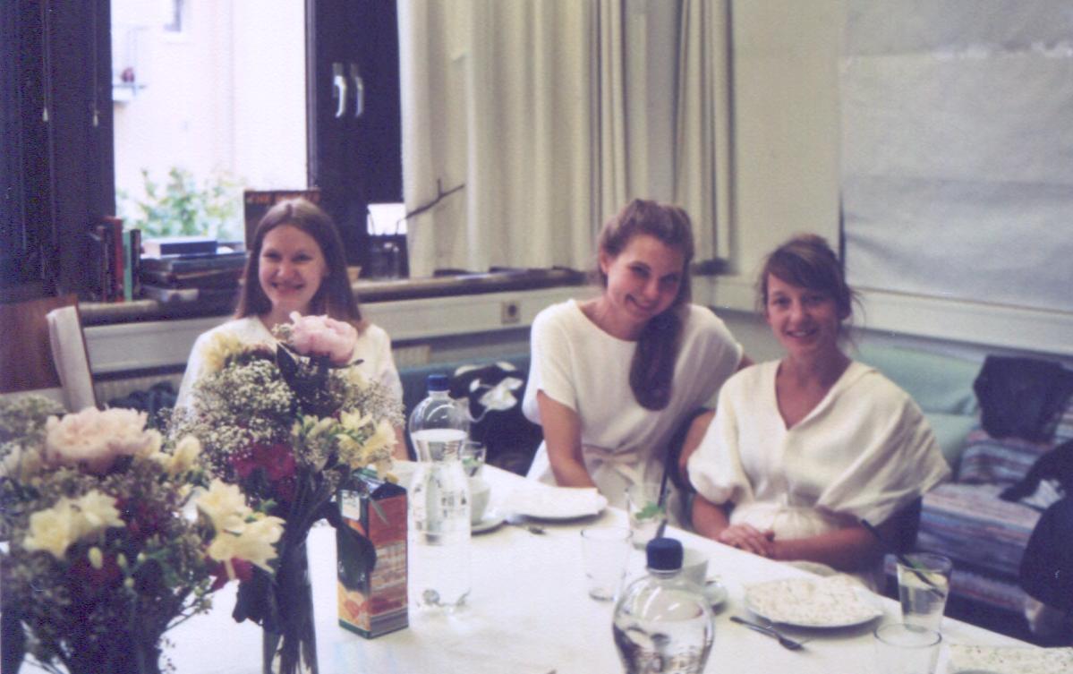 Julia, Sarah und Natalie an der Kuchentafel.